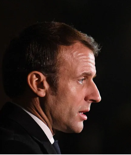 Frankrikes president Emmanuel Macron ser bekymrad ut. Foto: Daniel Leal-Olivas/AFP